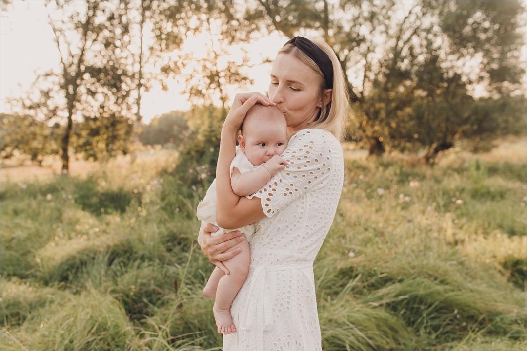 mama całuje córeczkę wgłówkę, ubrane nabiało