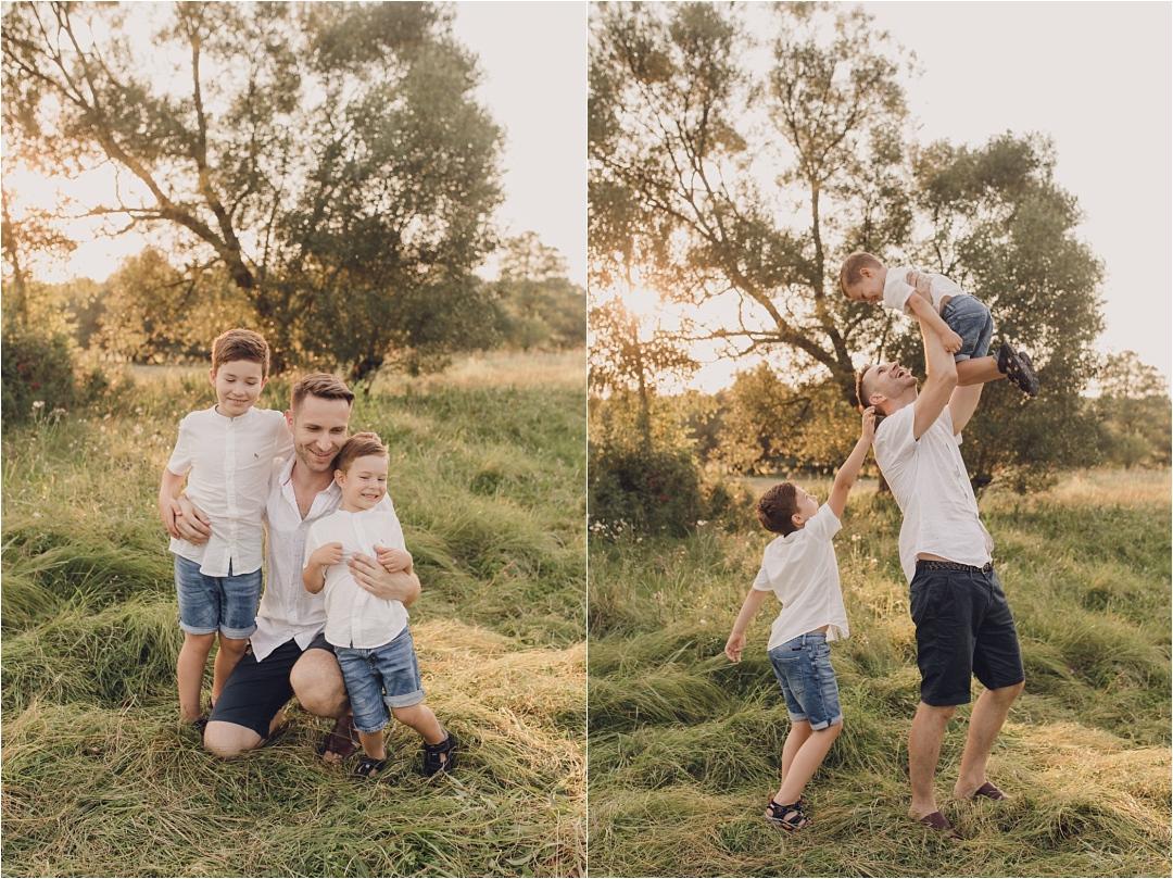 zdjęcie jak dzieci tulą się domamy itaty nasesji plenerowej, wszyscy ubrani nabiało