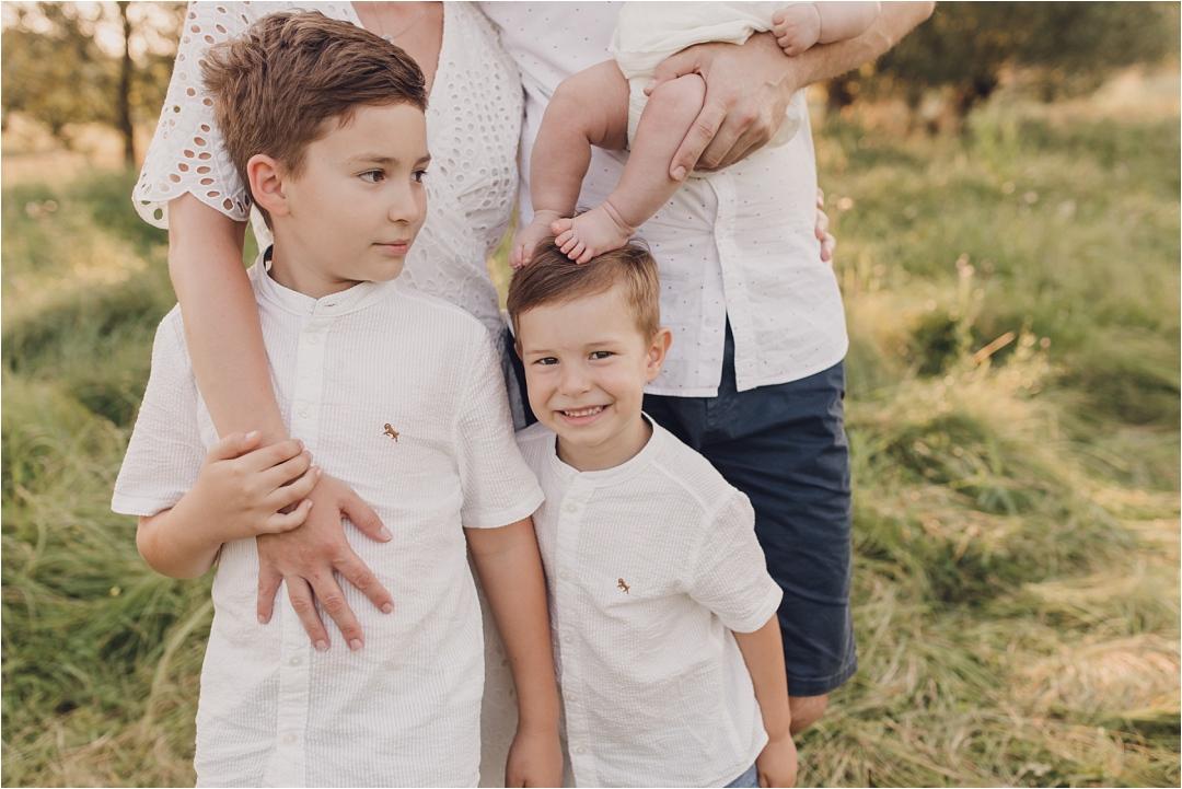 śmieszne zdjęcie znogami siostrzycki nagłowie starszego braciszka