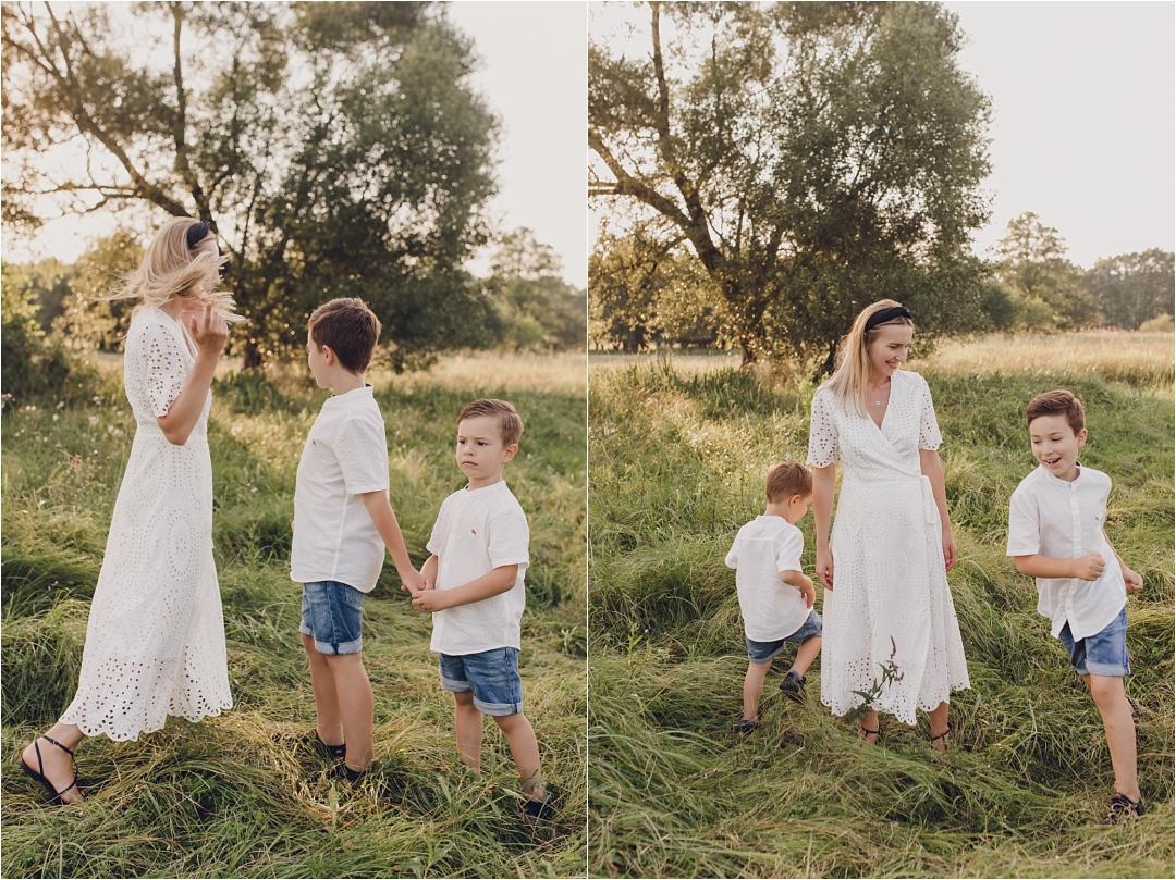 portrt mamy zsynami ubrani nabiało, biała sukienka