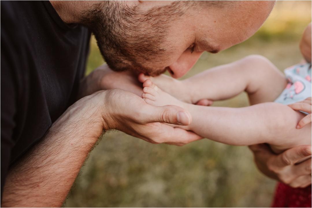 tata całuje stopy małego dziecka, judyta marcol