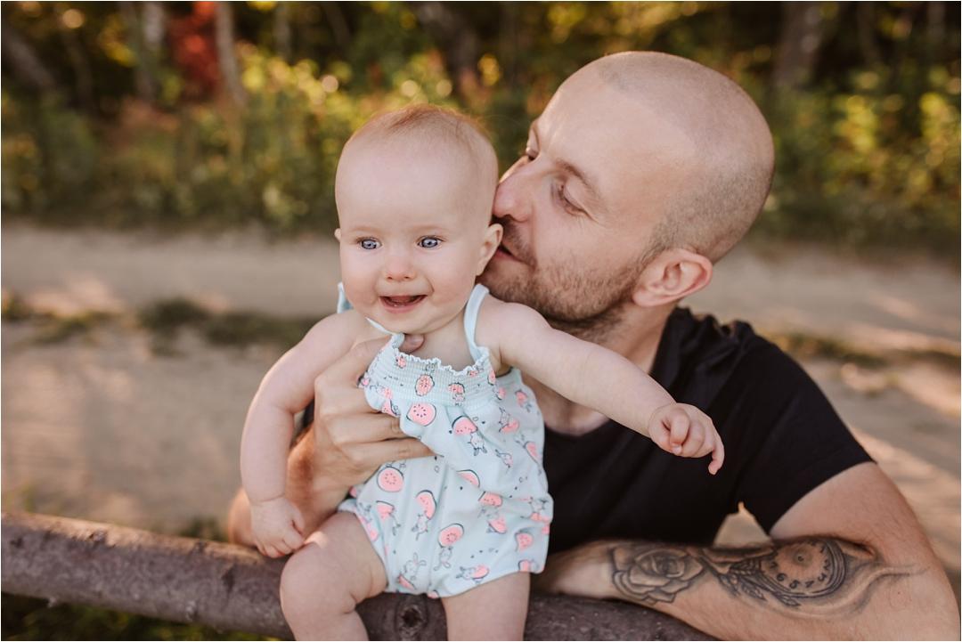 tata całuje córeczkę podczas sesji wgórach