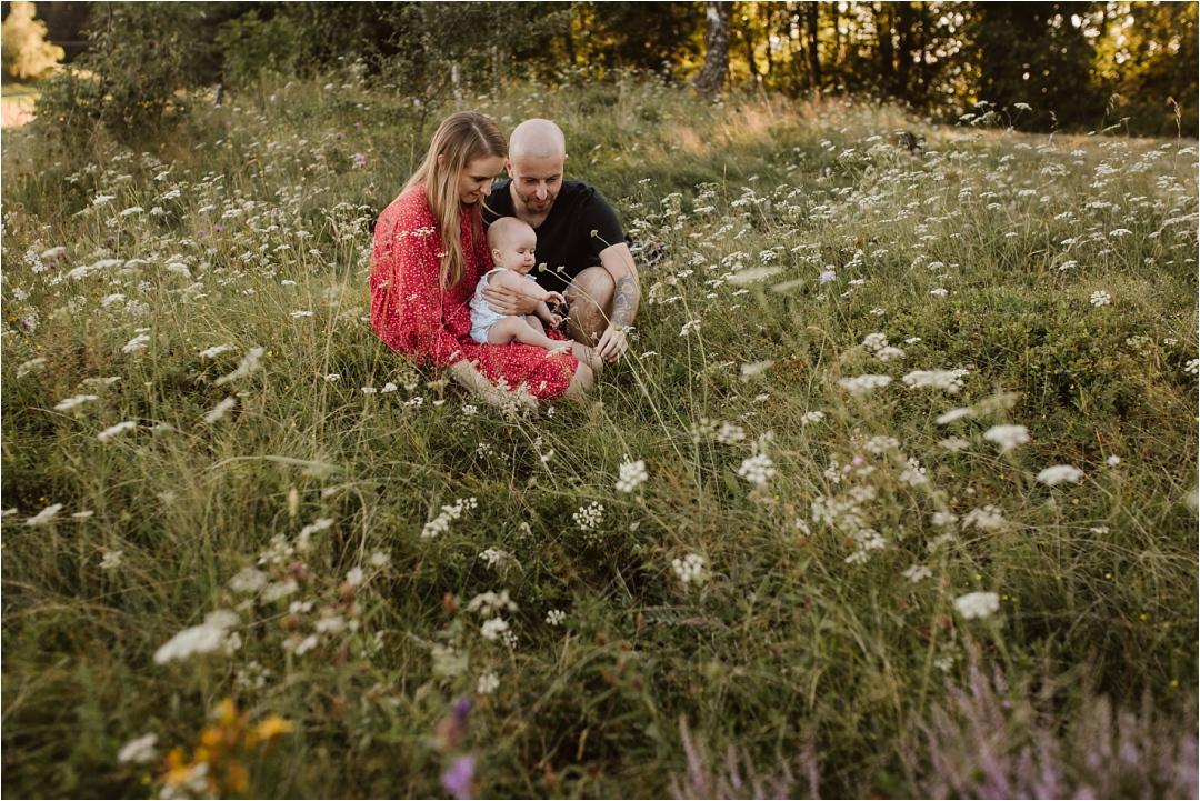 mama tata imała córeczka podczas sesji rodzinnej wgórach